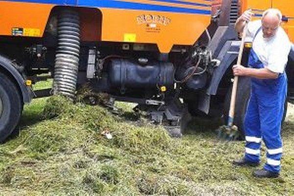 Pokosená tráva končí na kompostovisku.