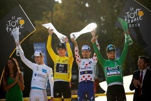 Na snímke víťazi v jednotlivých súťažiach - v žltom drese celkový víťaz Brit Geraint Thomas zo stajne Sky (tretí zľava), v bodkovanom drese najlepší vrchár Francúz Julian Alaphilippe (tretí sprava), v zelenom drese najlepší šprintér Slovák Peter Sagan (druhý vpravo) a v bielom drese najlepší pretekár do 25 rokov Francúz Pierre Roger Latour (druhý zľava) pózujú na pódiu po skončení 105. ročníka prestížnych cyklistických pretekov Tour de France v Paríži.