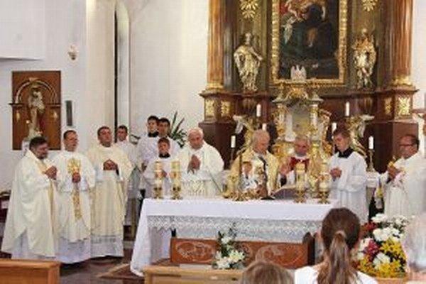 Kardinál Jozef Tomko udelil na svätej omši veriacim požehnanie Svätého Otca Františka.