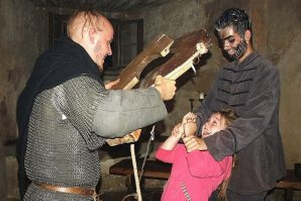 Dievča si drevené husličky neskúšalo s nadšením.