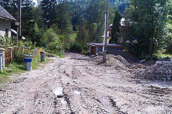 Výstavba kanalizácie dáva ľuďom zabrať.