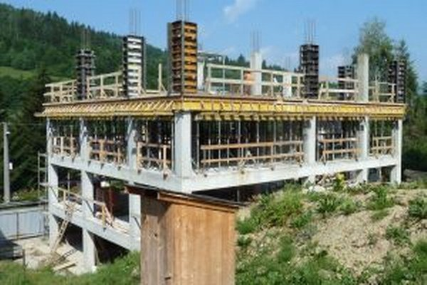 Takto vyzerala rozostavaná budova pred rokom, keď stavebný úrad vydal zákaz stavebných prác.