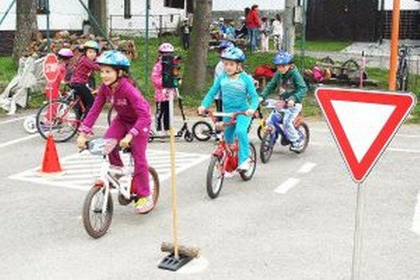 Deti sa naučili, ako správne a bezpečne jazdiť aj po križovatkách.