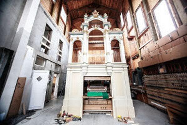 Kvôli organu museli farníci urobiť nový betónový podklad.