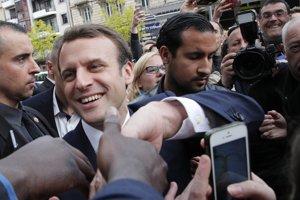 Francúzsky prezident Emmanuel Macron a Alexandre Benalla (vpravo)