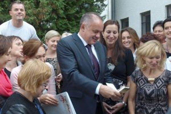 Každý sa chcel odfotiť s prezidentom, niektorým sa podarilo získať aj jeho podpis.