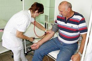 Lekár so sestrami merali pacientom tlak, hladinu cholesterolu a cukru v krvi, aj množstvo tuku.