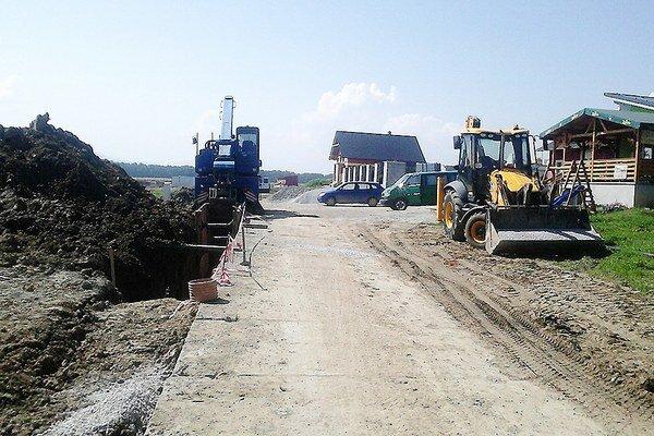 Vodári urobili súčasne kanalizáciu aj vodovod v dvoch častiach obce.