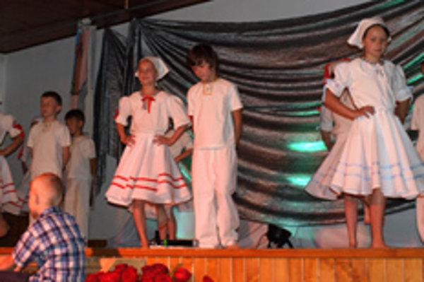 Tanečné číslo školákov na oslave jubilea školy.