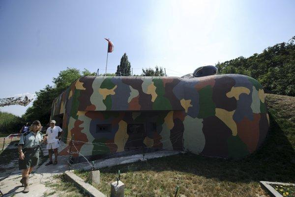 Bunker BS  8  Hřbitov na Kopčianskej bol súčasťou obrannej línie Petržalky pred Veľkonemeckou ríšou.
