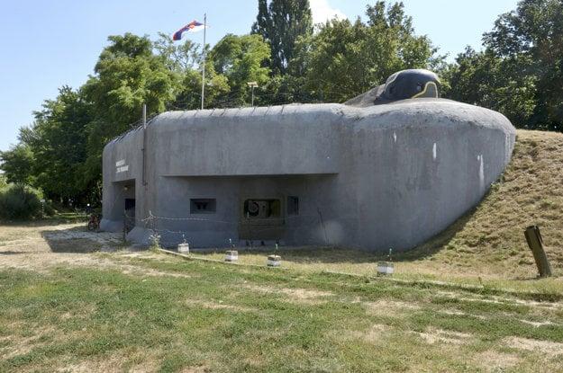 Bunker BS-8 Hřbitov bol vybudovaný zhruba v strede petržalskej obrannej línie.