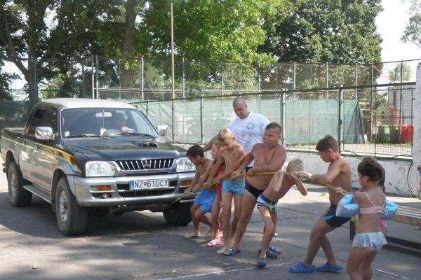 S terénnym automobilom sivprestávke medzi disciplínami poradili aj deti.