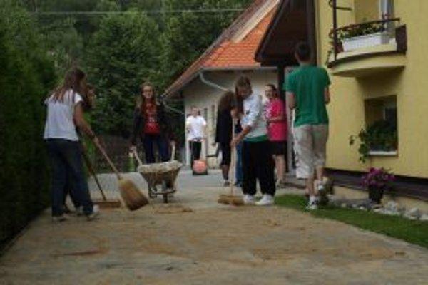 Žiaci vyčistili dvor v charite.