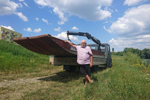 Skúsený vodák Vladimír Ivanko má už svoje dve plte nachystané. Čaká už len na papiere pre pltníkov.