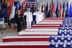 Americký viceprezident Mike Pence (vľavo) slávnostne prijal 1. augusta 2018 na Havaji pozostatky predpokladaných padlých amerických vojakov, ktoré Spojeným štátom odovzdala Severná Kórea.