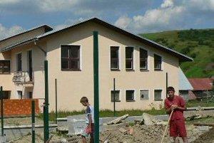 Stavebný ruch vládne aj v areáli materskej školy povyše úradu. Nový plot má byť hotový do konca leta.