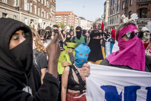 Protest proti zákazu buriek a nikábov v Dánsku.