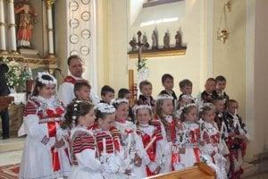 Na veľké sviatky sa v Ždiari do kroja vyobliekajú mladí i starí.
