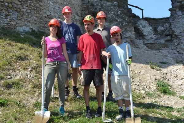 Mladí dobrovoľníci prišli z Francúzska, Portugalska, Nemecka a Česka.