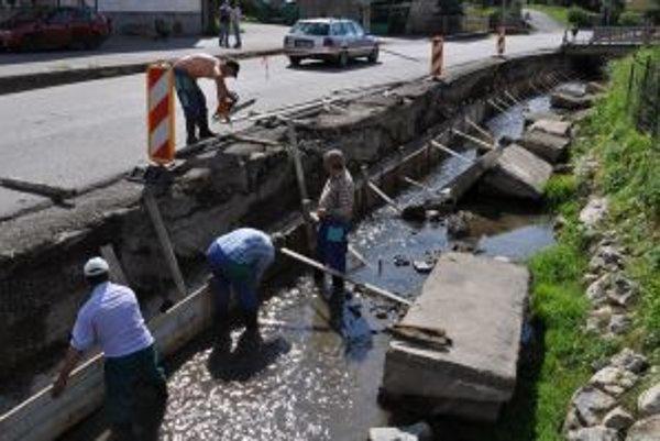 Práce na oprave oporného múru sú v plnom prúde.