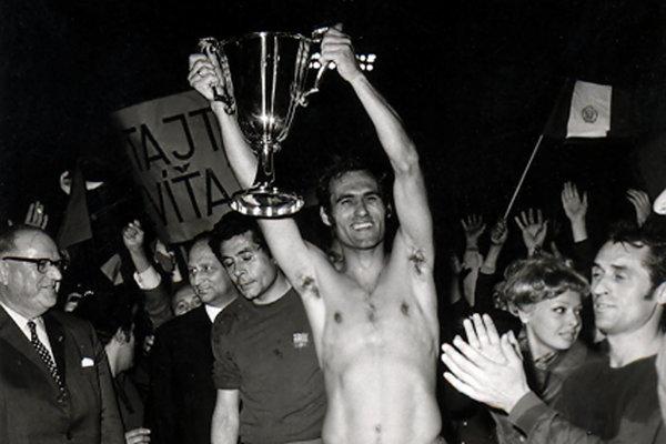 Pamätná fotografia z mája 1969. Po víťazstve Slovana nad FC Barcelona v Bazileji jeho kapitán Alexander Horváth už bez dresu dvíha trofej Pohára víťaza pohárov.
