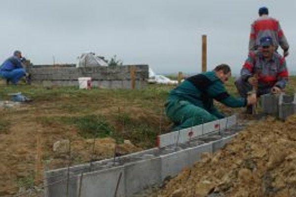 Vlani robili robotníci kamenné múry, čoskoro do nich osadia kované ploty.