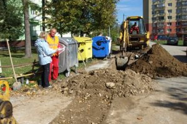 Robotníci ukladajú okolo ciest ďalšie rúry.
