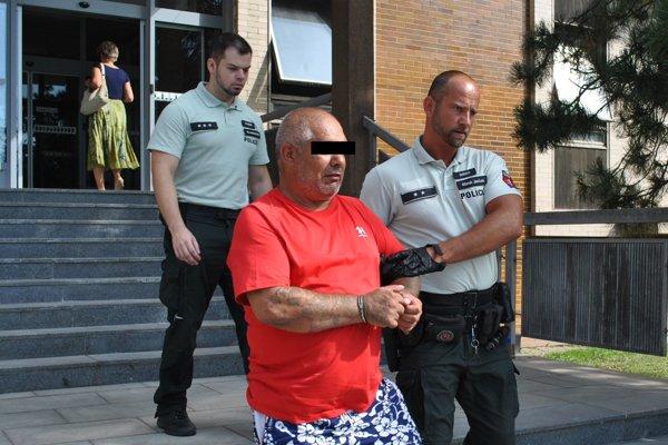 Milana odvádza eskorta zo súdu do väznice.