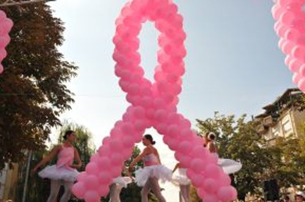 Ružová stužka, symbol boja proti rakovine prsníka.