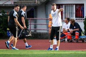 Marek Petruš (v bielom tričku) donedávna pôsobil v Tatrane Prešov. Teraz, už ako tréner Popradu, bude stáť na opačnej strane barikády.