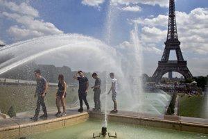 Francúzsku metropolu zasiahla vlna horúčav.