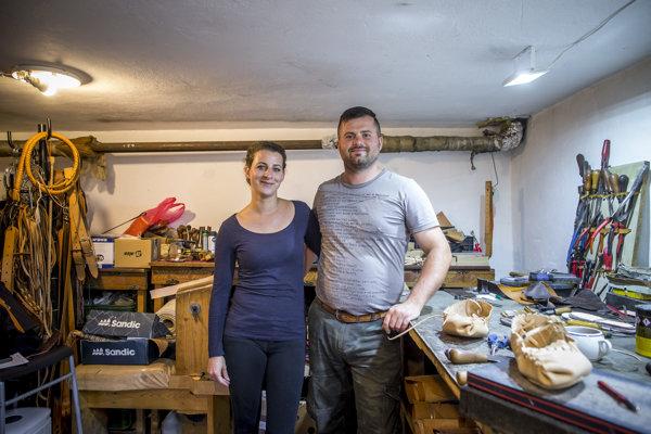 Výrobcovia z kože Jozef Najdek a Monika Najdeková vo svojej rodinnej dielni.