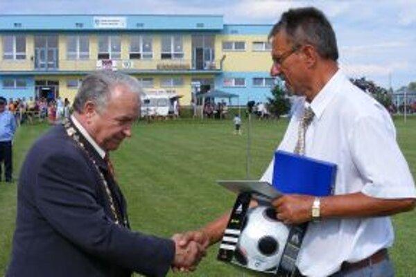 Dušan Chatrnúch (vpravo) preberá ocenenie od vtedajšieho starostu M. Šimáka za záskzhy o bolešovský futbal.