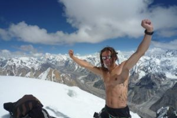 Víťazné gesto Doda Kopolda na vrchole Great Targa.