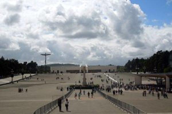 FATIMA. Pohľad od baziliky k Pastoračnému centru Pavla VI. Na pravej strane je Kaplnka zjavenia Panny Márie, k nej vedie úzky mramorový chodník viery, nádeje a utrpenia.