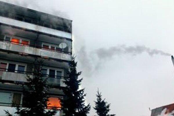 Obyvatelia bytovky majú pocit, že pravidelne horí.