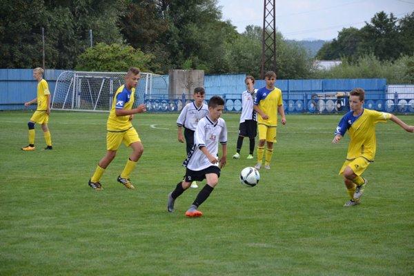 Vo finále hrala Pov. Bystrica (v bielom) s Led. Rovňami.