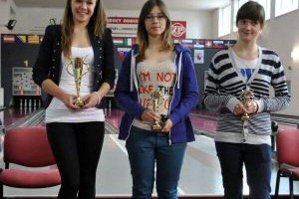 Eva Štefanidesová (prvá zľava) aj víťaznou trofejou.