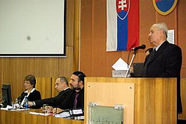 Materiál predložil  na zasadnutí zastupiteľstva náčelník mestskej polície Jozef Vaneček.