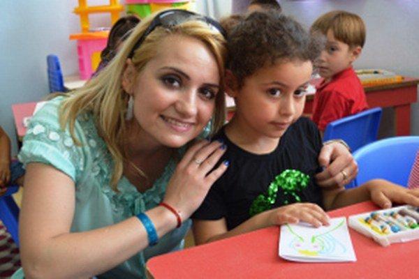Tatiana Trojanová s miestnou školáčkou.