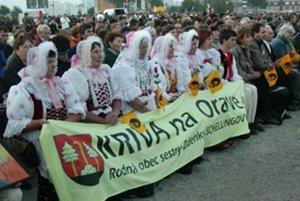 Bratislava, september 2003. Pápež Ján Pavol II. blahorečil prvú Slovenku - rehoľnú sestru Zdenku. Na slávnosť prišli veriaci z jej rodnej obce Krivej.