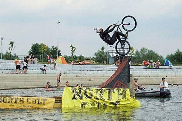 Jazdci na bicykloch predvádzali rôzne skoky.