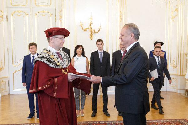 Vladimír Hiadlovský a prezident Andrej Kiska počas vymenovania rektorov vysokých škôl.