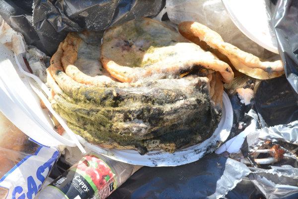 Pokazené jedlo skončilo medzi smetím, no do kontajnera sa už nevmestilo.