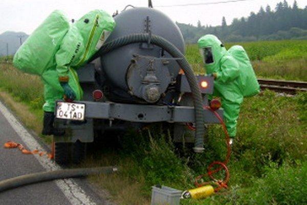 Hasiči nehodu odstraňovali, akoby z auta naozaj unikal amoniak.