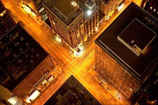 O pol štvrtej ráno. Pohľad zo 42. poschodia na prázdne ulice v San Pranciscu.