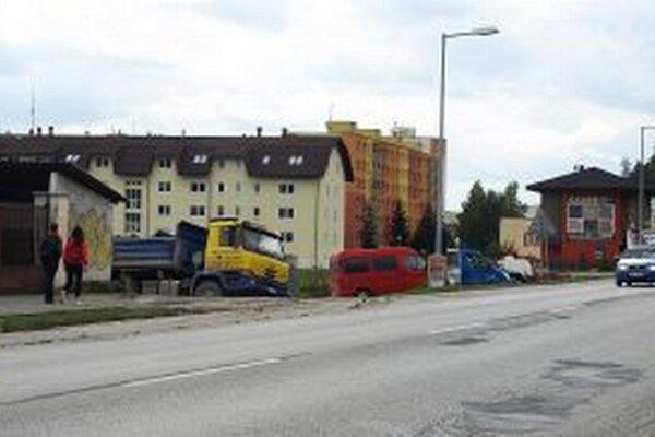 Na ľavej strane cesty bude zjazd k dialýze.