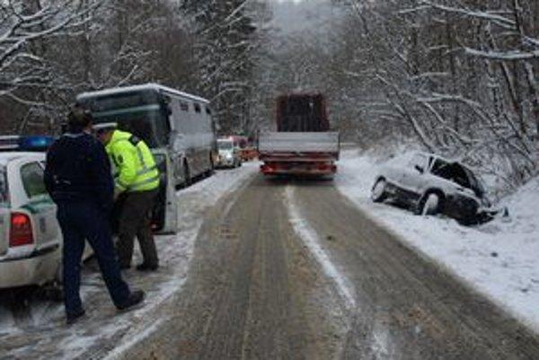 Vodička nezvládla náročný terén a nabúrala do autobusu. Náraz auto otočil do protismeru.