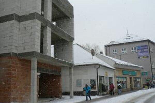 Radlinského ulica. Rozostavaná budova špatí centrum mesta. Nový vlastník ju chce dokončiť do septembra budúceho roka.