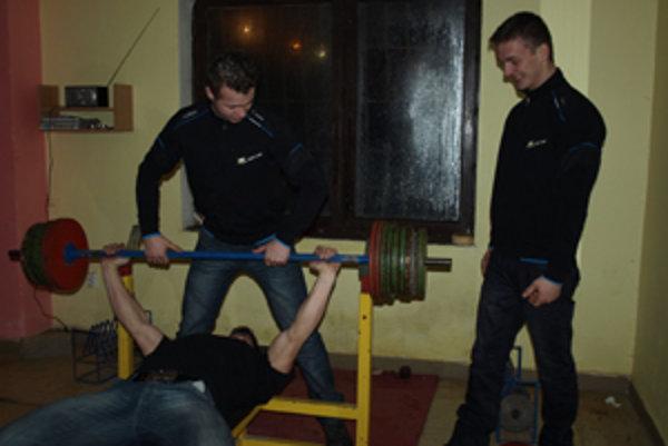 Chlapci cvičia pravidelne niekoľkokrát do týždňa.